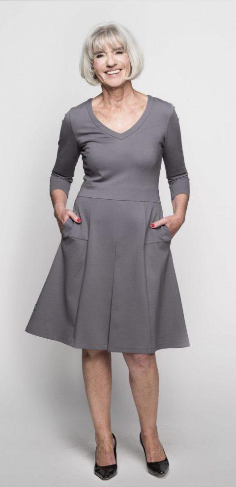 AMCO Fashion by Annett Möller | AMCO MARYLENE DRESS | STONE GREY | Grau | Stretchkleid mit Kellerfalte und Taschen | Kooperation mit Brigitte.de