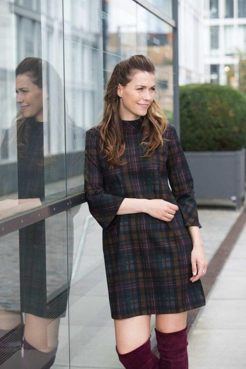 AMCO Fashion by Annett Möller | AMCO LILLY DRESS | Classy Winter Red Wine | Weinrot | Stretchkleid in A-Linie | Karomuster | Stehkragen | Volant am Ärmel