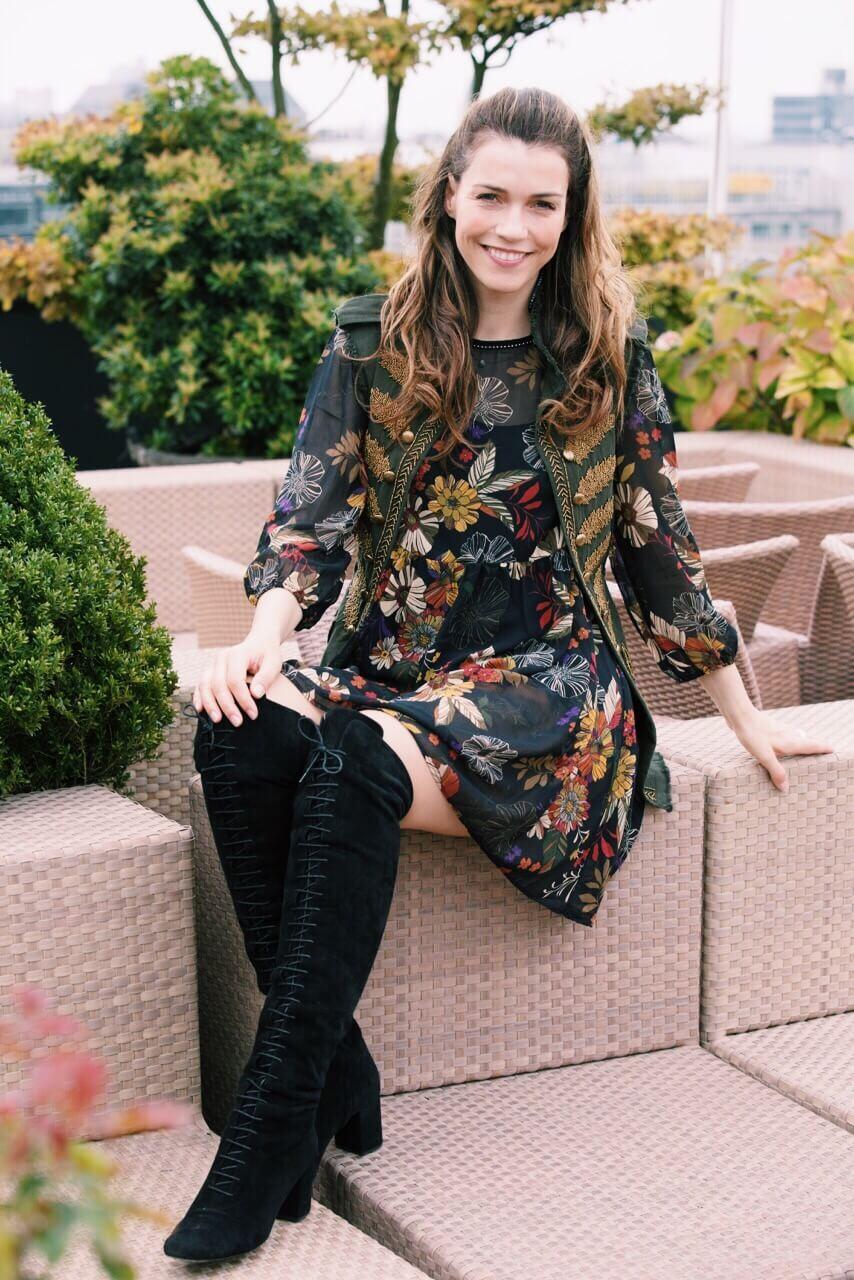 Herbstliches Kleid mit Overknees
